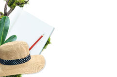 Taccuino con il cappello di paglia e della matita con l'isolato della natura delle foglie verdi su bianco Immagini Stock Libere da Diritti
