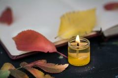 Taccuino con la candela ed il permesso immagini stock libere da diritti