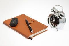 Taccuino con la chiave e l'orologio dell'automobile Fotografia Stock Libera da Diritti