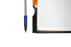 Taccuino con la penna su priorità bassa bianca fotografia stock