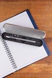 Taccuino con la penna sulle vecchie tavole di legno Fotografia Stock Libera da Diritti