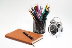 taccuino con la scatola e l'orologio della penna sopra Fotografia Stock Libera da Diritti