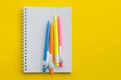 Taccuino con le penne colorate Immagini Stock Libere da Diritti