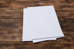 Taccuino della carta in bianco sul fondo di legno marrone della tavola Vista superiore fotografia stock