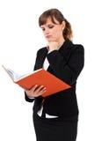 Taccuino della lettura della signora dell'ufficio Immagini Stock