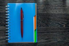 Taccuino della penna del biro sul bordo di legno d'annata Fotografie Stock Libere da Diritti