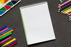 Taccuino della scuola e varia cancelleria Di nuovo al concetto del banco fotografia stock libera da diritti