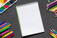 Taccuino della scuola e varia cancelleria Di nuovo al concetto del banco immagine stock