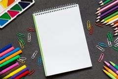 Taccuino della scuola e varia cancelleria Di nuovo al concetto del banco fotografie stock