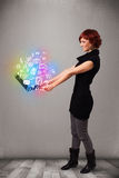 Taccuino della tenuta della giovane signora con le multimedia disegnate a mano variopinte Immagini Stock Libere da Diritti