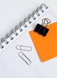 Taccuino di affari con le note dell'indicatore ed il documento cli Fotografia Stock