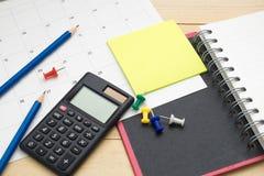 Taccuino di vista superiore, calcolatore, matita, Post-it e calendario p Immagine Stock Libera da Diritti
