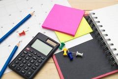 Taccuino di vista superiore, calcolatore, matita, Post-it e calendario p Fotografia Stock Libera da Diritti