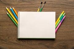Taccuino e cancelleria della scuola Di nuovo a scuola creativa, astratto, fondo di concetto immagini stock libere da diritti