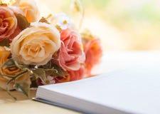 Taccuino e cuori in bianco con il fiore sulla tavola di legno immagini stock