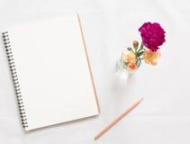 Taccuino e fiore in bianco Immagini Stock Libere da Diritti
