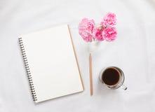 Taccuino e fiore in bianco Fotografia Stock Libera da Diritti
