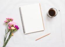 Taccuino e fiore in bianco Fotografia Stock