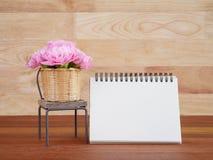 Taccuino e fiore in bianco 2 del garofano Fotografie Stock