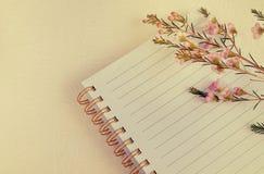 Taccuino e fiore della penna di scrittura nel colore dolce Fotografie Stock