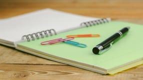 Taccuino e penna sul bianco Immagine Stock