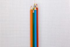 Taccuino e primo piano colorato delle matite Immagine Stock