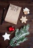 Taccuino e scopi per la vista superiore del fondo di legno del nuovo anno Immagini Stock