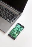 Taccuino e smartphone sulla tavola bianca Tavola della scrivania Vista superiore Fotografie Stock