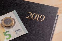 Taccuino e soldi sulla tavola Banconote dell'euro e del blocco note Il concetto di pianificazione aziendale, viaggio, spese domes fotografia stock libera da diritti