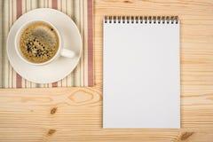 Taccuino e tazza di caffè Fotografie Stock
