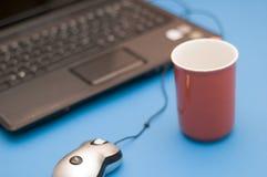 Taccuino e tazza rossa Immagine Stock