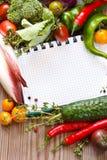 Taccuino e verdure. immagine stock libera da diritti