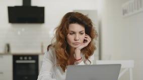 Taccuino funzionante della donna bianca a casa Informazioni leggenti colpite di signora sul computer portatile archivi video
