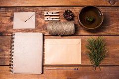 Taccuino per le ricette, envelopess di carta, corda e Immagini Stock