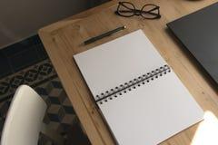 Taccuino su una tabella fotografie stock libere da diritti