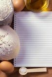 Taccuino sulla tavola con la pasta, la farina e le uova fotografia stock libera da diritti