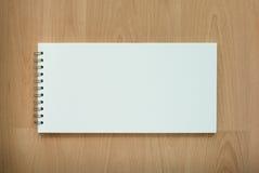 Taccuino sulla tavola di legno Fotografia Stock Libera da Diritti