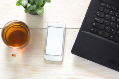 Taccuino, telefono e una tazza di tè sulla tavola Può essere l'annuncio montato immagine stock