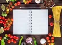 Taccuino in una linea ed ingredienti per la cottura della pasta italiana immagini stock libere da diritti