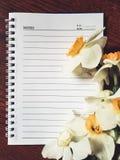 Taccuino vuoto con i fiori leggeri Immagine Stock