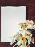 Taccuino vuoto con i fiori leggeri Fotografia Stock Libera da Diritti