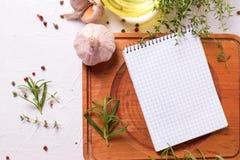 Taccuino vuoto per le ricette con le erbe e le spezie fresche fotografia stock