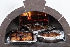 tace gotujący mięso w piekarniku na węglach obraz stock