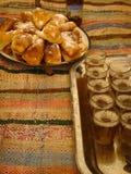 Tace z szkłami herbata i smażący cukierki Marokańska kuchnia nad dywany Maroc Fotografia Stock