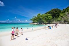 Tachaieiland, Phang Nga, THAILAND 6 Mei: Van de toeristenmensen van het Tachaieiland de beroemdste mooie Aard van de de bestemmin Royalty-vrije Stock Foto's