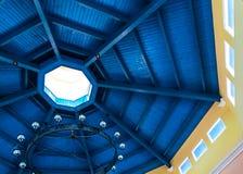 Tache bleue profonde sur des bois de construction de toit fait en bois Photographie stock