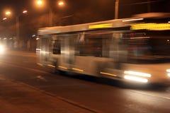 Tache floue d'autobus la nuit Photos stock