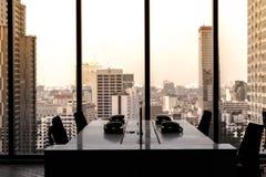 Tache floue d'homme d'affaires de lieu de travail dans le bureau photographie stock