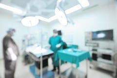 Tache floue de deux chirurgiens vétérinaires dans la salle d'opération Image libre de droits