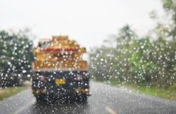 Tache floue de fond, vue par le pare-brise sur la route dans la saison des pluies Photo stock